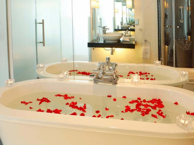bath_with_rose_petals